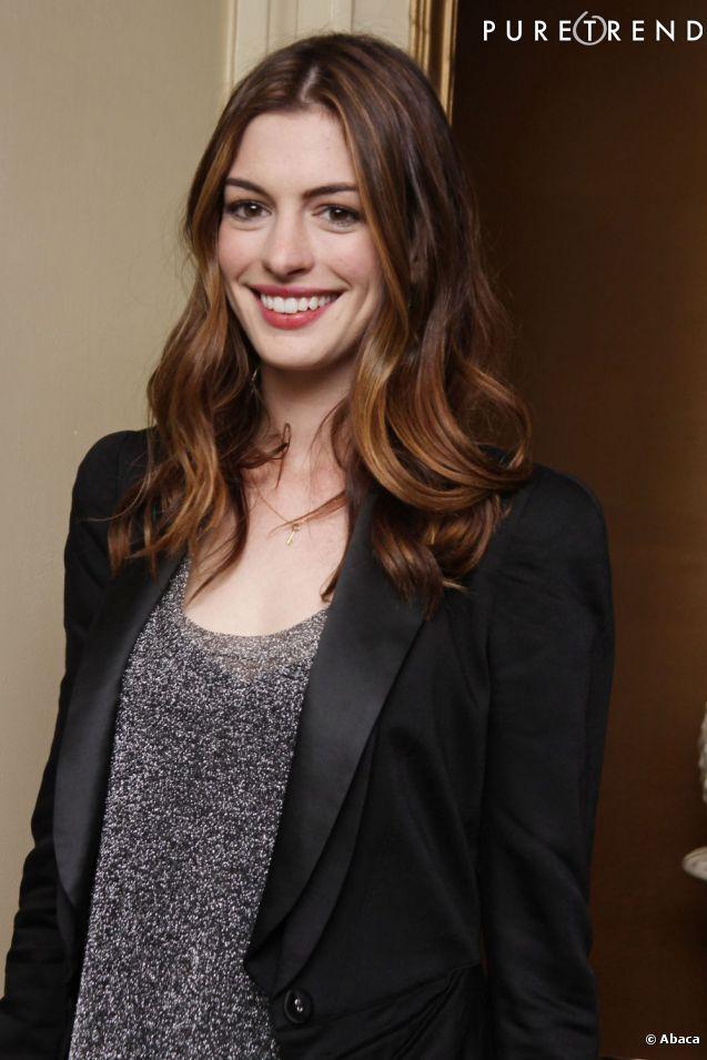 Anne Hathaway  irradie avec son sourire XXL et sa longue chevelure brune toute en nuances.