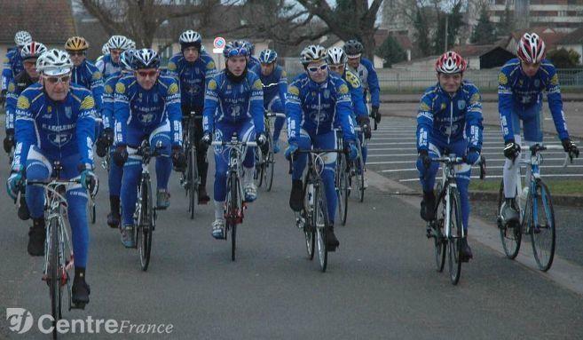 Coup d'envoi de la saison pour les cyclistes - C'est une reprise en douceur qui s'est effectuée samedi après midi pour les coureurs du Vélo-club du Sénonais.+ Les cyclistes de la Persévérante ont repris la route de l'entraînement - Une douzaine de cyclistes de la Persévérante de Pont-sur-Yonne a effectué un premier entraînement dans le sillage du capitaine de route Yoan Adrien - (L'Yonne Républicaine)