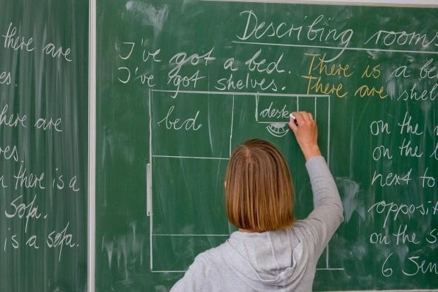 Länder entlassen viele Lehrer vor SommerferienIm Sommer sind Tausende Lehrer in Deutschland auf Arbeitslosenhilfe angewiesen, weil ihre Verträge auslaufen. In Baden-Württemberg stieg die Zahl der arbeitslosen Lehrer 2012 um 1400 Prozent. Die Welt (Duitsland)