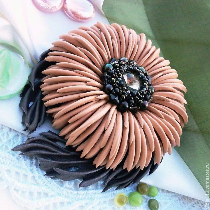"""Купить """"Шоколадно-персиковый десерт"""" Брошь кожа натуральная жемчуг - брошь в форме цветка"""