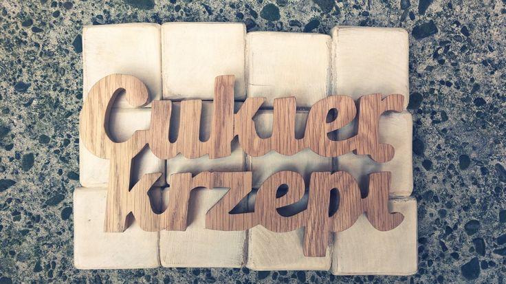 Napis z drewna: Cukier krzepi
