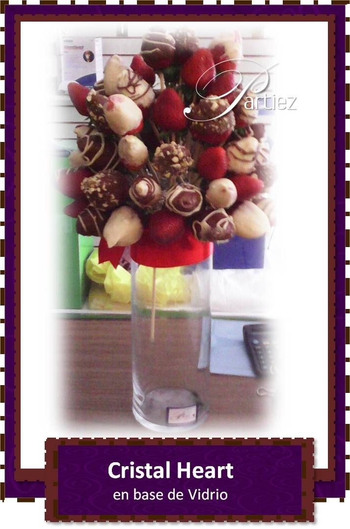 Bouquet de fresas con chocolate oscuro y blanco marmoleado y con covertura de mani sobre base de vidrio.