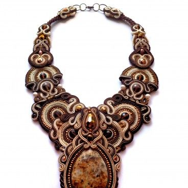 Renessme II to wyjątkowy komplet biżuterii; powstał z materiałów przywiezionych z gorącej Afryki i kolorowego Zanzibaru. W sercu znajduje się piękny, centkowany marmur otoczony koralikami Seeds i Jablonex, perłami, szlifowanymi kryształkami oraz kryształami Swarovskiego. Wykonany oryginalną metodą soutache przy użyciu bawełnianych nici jubilerskich. Wykończony miękkim filcem, wygładzanym na brzegach.   www.KuferArt.pl