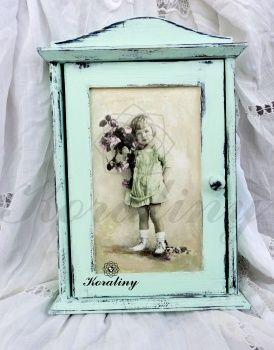 Drewniana skrzynka na klucze z dziewczynką z kwiatami