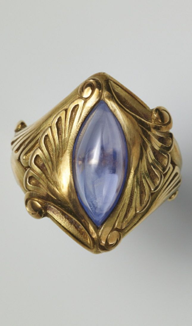 An Art Nouveau gold and cabochon sapphire ring, circa 1900. #ArtNouveau #GoldJewelleryArtNouveau