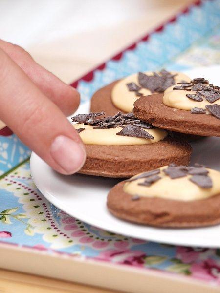 Kruche ciemne ciasteczka z kremem toffee