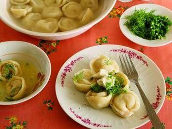 ◆ペリメニ(水ギョーザ)◆ ロシア版水ギョーザのペリメニは、ロシア代表する料理のひとつです。中身の具や包み方は家庭や地域によってさまざまですが、サワークリームやディルを添えて食べるのが一般的です。