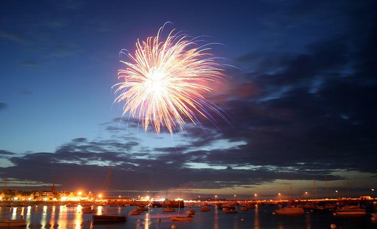 Rendez-vous le 13 juillet sur le vieux port de #Roscoff pour profiter du concert gratuit du groupe Merzhin et admirer le feu d'artifice.  Location des villas sur http://www.villa-vacances-bretagne.fr