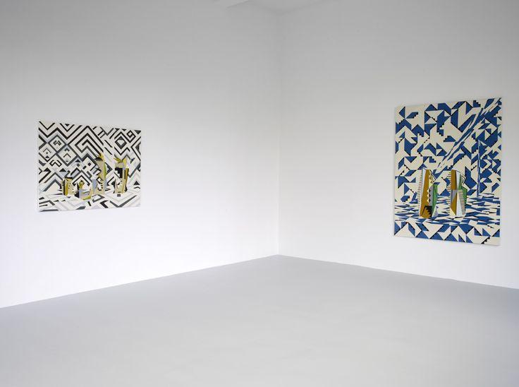 Farah Atassi, vue de l'exposition présentée du 11 octobre 2014 au 4 janvier 2015 au Grand Café – centre d'art contemporain de Saint-Nazaire. Petite salle, rez-de-chaussée. À gauche : Sculptures in Maze, 2014, huile et glycéro sur toile, 95 x 130 cm. À droite : Blue Folding, 2014, huile et glycéro sur toile, 185 x 140 cm. Photographie Marc Domage