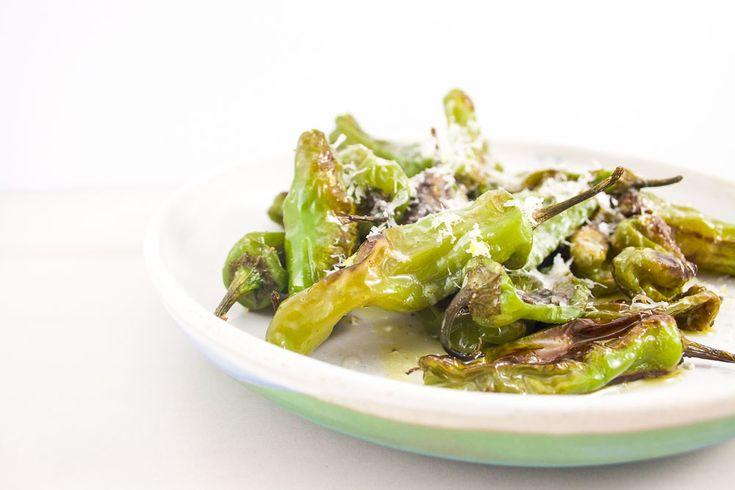 Shishito rôtis et Parmigiano Reggiano/Recette gourmande facile pour l'apéro! Émilie Gauthier/Mes Petites Révolutions/Recettes Festives!