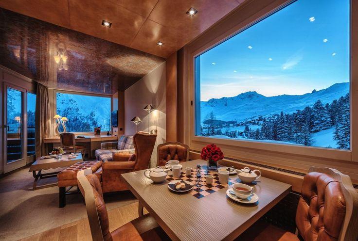 Restaurant mit Ausblick im Luxus Wellnesshotel Tschuggen Grand Hotel.