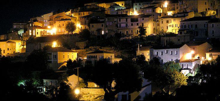 Région de A Balagna - La Balagne --- Pietralba Église Saint-Roch (à gauche) la nuit