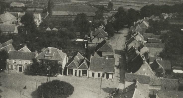 """1930 - Foto genomen vanaf de kerktoren richting de Oude Bredaseweg in Etten-Leur. Rechts in beeld is """"De Winkel van Van Ierssel"""" met bijgebouwen te zien..."""