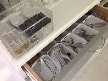 キッチンまわりの整理術  スプーンやフォークは分けて引き出しについついごちゃごちゃしていまいます。 上のクリアケースには箸置きをしまって。