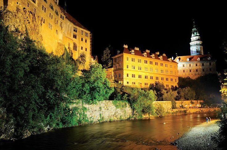 """Český Krumlov está ubicada a 180 kilómetros de Praga. Esta ciudad medieval fue declarada Patrimonio de la Humanidad por la UNESCO y, por su belleza, se la llama """"la perla de Bohemia"""". Un paseo por sus callecitas permite apreciar la arquitectura del Barroco y del Renacimiento. Las principales atracciones de la ciudad son el castillo y la iglesia gótica de San Vito. El castillo, que combina los estilos góticos y renacentista, es el segundo más grande de Bohemia, después del Castillo de Praga…"""