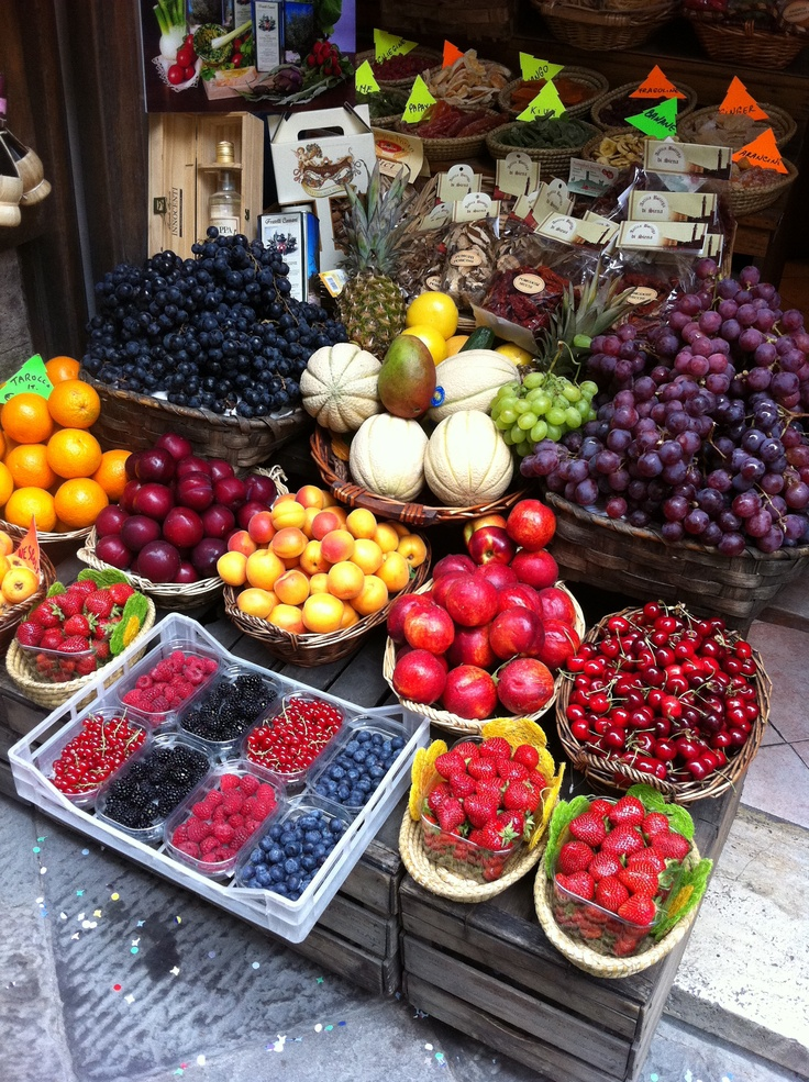 FRESH in Siena, Italy. I miss overseas fruit stands!