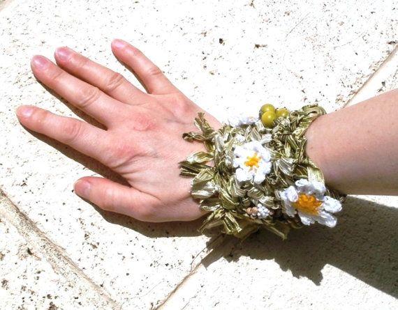 Bracelet Green Daisy  handknitted crocheted by koticzka on Etsy, €18.75