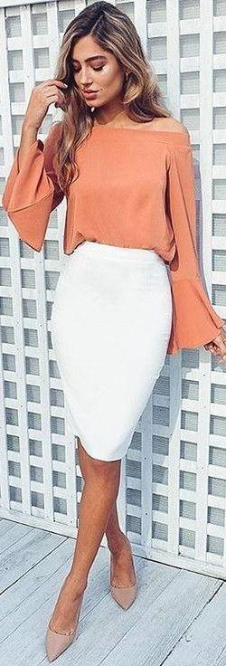 blusa manga sino, cor pêssego + saia lápis, cor branca.