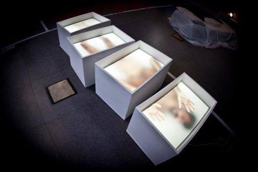 Sezionamento claustrofobico in Naked Box di Matteo Suffritti http://www.premioceleste.it/opera/ido:283686/