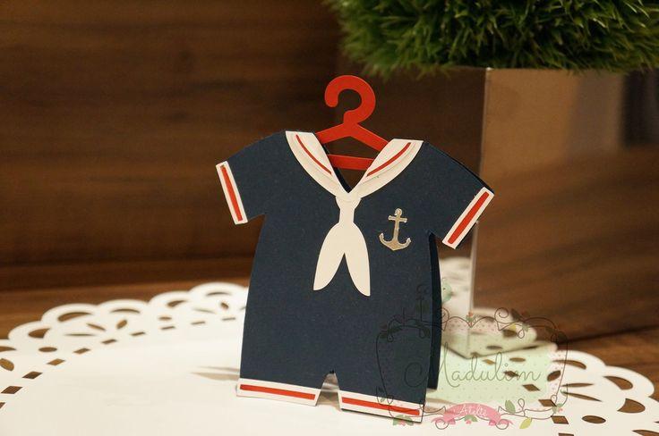 Esse lindo convitinho para chá de bebê no tema marinheiro ficou um charme. Foi feito em camadas, com papeis especiais de alta gramatura e a ancora em papel prateado, dando um toque todo especial.    Podemos personalizar ao seu gosto, tanto a parte interna quanto a externa.