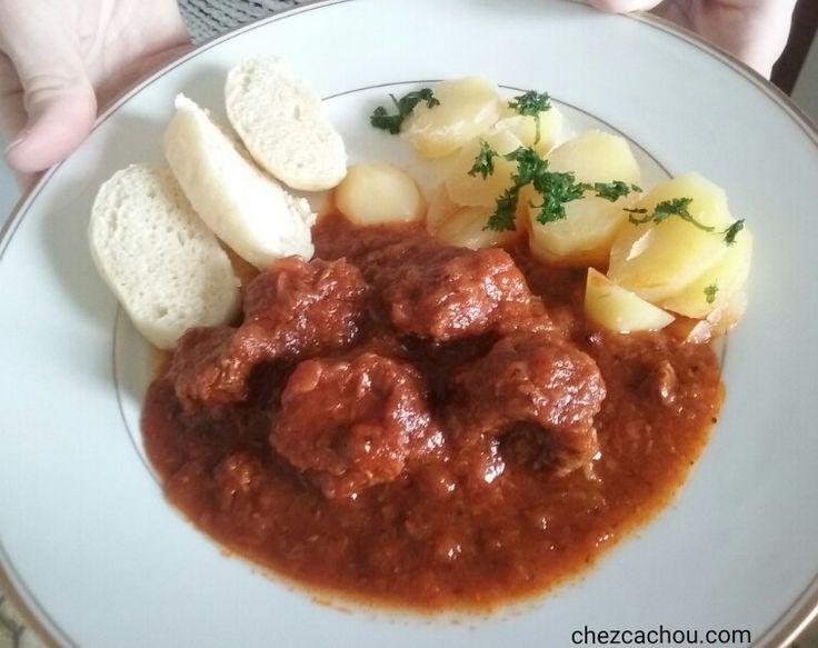 Le goulash est un plat qui se prépare la veille. Plus il sera mijoté et meilleur il sera. Ce plat est connu sous différentes orthographes : le goulash, la goulache, goulasz. Cette recette est d'origine hongroise et est très répandu dans tous les pays...