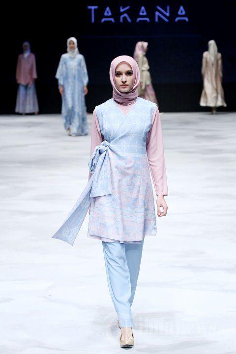 RIA MIRANDA - Para model saat mengenakan busana rancangan dari Ria Miranda yang mengangkat tema Takana pada ajang Indonesia Fashion Week (IFW) 2016 di Jakarta Convention Center (JCC) senayan, Jakarta Pusat, Jumat (11/3/2016). TRIBUNNEWS/JEPRIMA