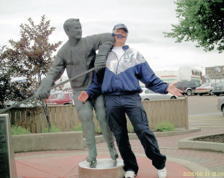 Gordie Howe statue in front of Sears in Saskatoon Saskatchewan, Canada captures the famous elbow