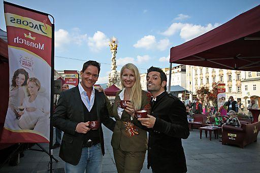 Jacobs Monarch Sofa-Tour in Linz mit Claudia Stöckl und Manuel Ortega | Fotograf: Gregor Hartl | Credit:Kraft Foods/APA-Fotoservice/Hartl | Mehr Informationen und Bilddownload in voller Auflösung: http://www.ots.at/presseaussendung/OBS_20120915_OBS0001