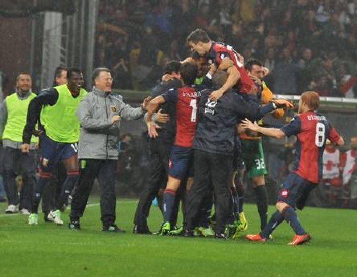Sampdoria-Genoa: la lanterna si tinge di rosso e blu