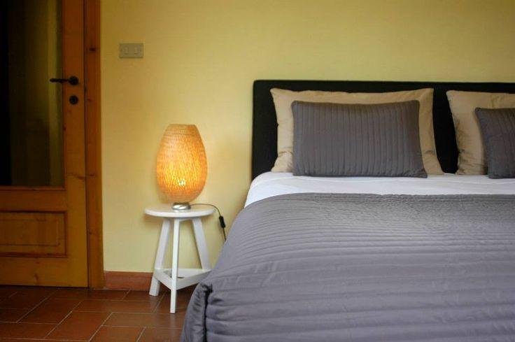 Gele Slaapkamer: Een groot comfortabel bed in een gezellige slaapkamer met mooi uitzicht over de tuin.