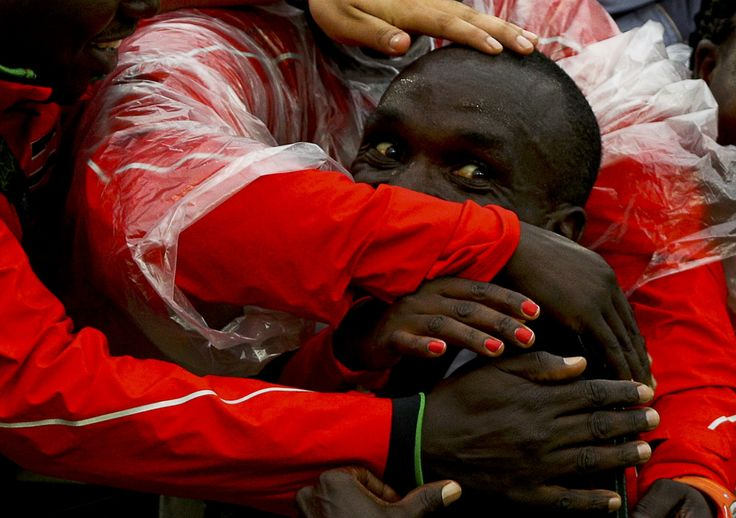 Eliud Kipchoge, do Quénia, é acarinhado após a vitória na maratona masculina