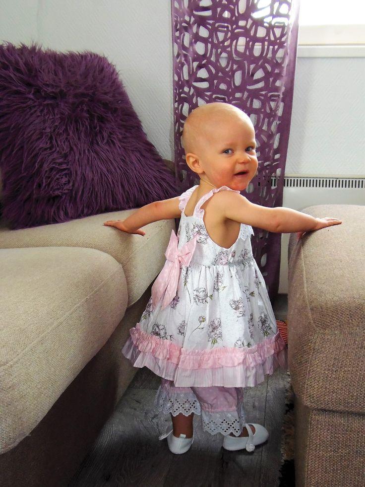Mirandan kuviollinen mekko ja pitsireunushousut. Mekossa pieni rusetti edessä ja iso takana. Housut vaaleanpunaiset ja niissä pitsireunus lahkeissa.