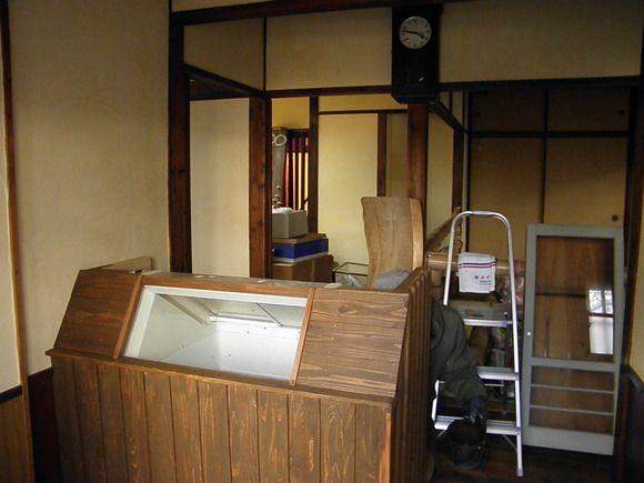 「カバ印」の椛島氷菓の小売用店舗も、2月6日の開店に向けて準備がすすむ。 看板は能古支店にて製作中。ちなみにコレ、元は古いお櫃(ひつ)の蓋。 ...