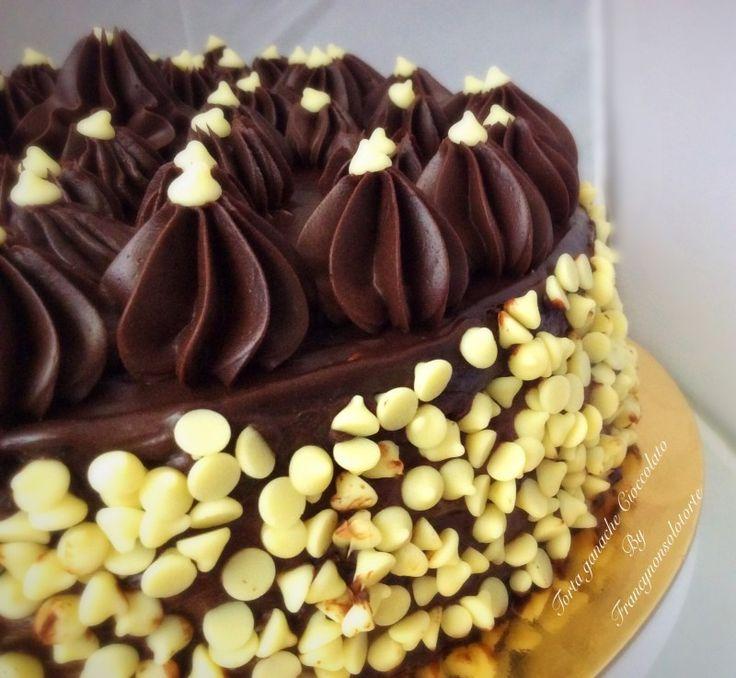 la torta ganache al cioccolato è formata da 3 dischi di pan di spagna, farcia crema al latte e copertura di ganache al cioccolato.