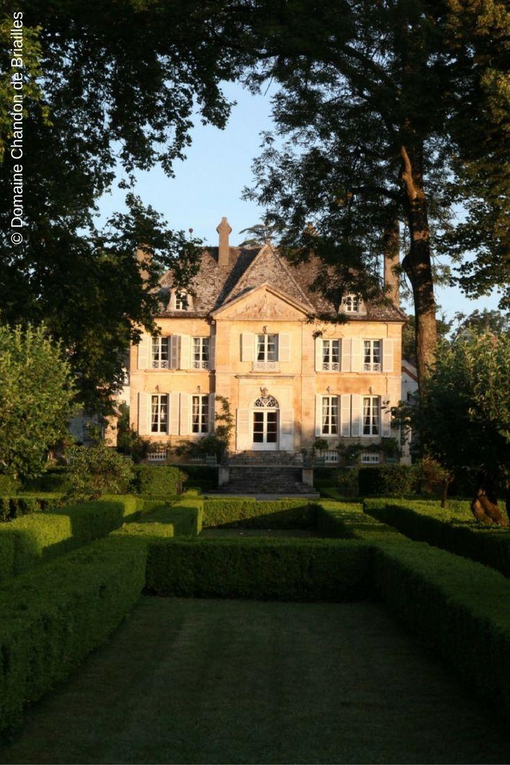 DOMAINE CHANDON DE BRIAILLES - BOURGOGNE : Célèbre domaine situé à Savigny-lès-Beaune, le Domaine Chandon de Briailles élabore 13 cuvées et compte parmi les 28 domaines les plus prestigieux de Bourgogne. #Bourgogne #ChandonDeBriailles  (© Domaine Chandon de Briailles)