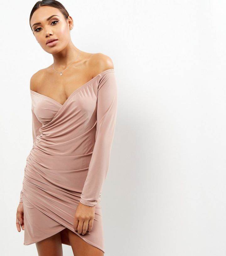 Robe moulante rose pâle froncée à encolure cache-cœur | New Look