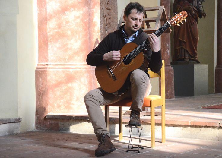 12.03.15 in der Salvatorkirche in Hall. Martin Wesley spielt Gitarre.