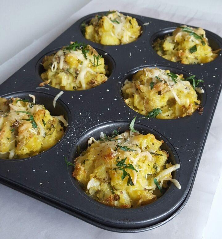 Disse potetene er grovmost og rørt inn med finhakket hvitløk, vårløk ogpersille. Så har de fått smak av bèarnaise saus ogen god neve med revet ost som gir de encheesykjerne og et sprøstekt ytre...