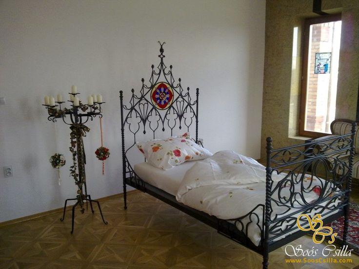 Schmiedeeisenbett mit bunten Bleiglaseinlagen  http://at.sooscsilla.com/portfolio/schmiedeeisenbett-mit-bunten-bleiglaseinlagen/ http://at.sooscsilla.com/herstellung-von-bleiglasfenster-und-bleiglastueren-fuer-privat-und-unternehmen/