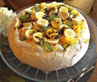 Elegant och festlig marängtårta är denna Pavlova från Nya Zeeland. Tilltalande och njutbar med sötma från olika frukter och bär. Lättlagad och svindlande god med lättvispad grädde.