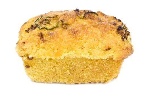 Кукурузный хлеб с чеддером, халапеньо и зеленым луком