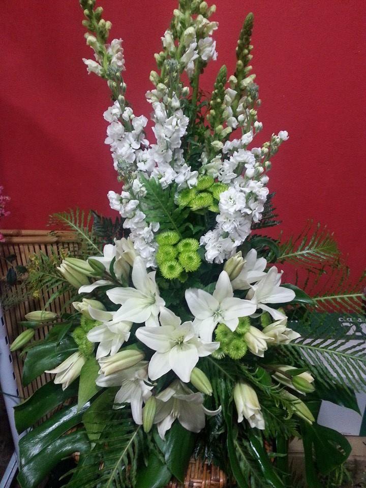 Centro de Flores, caracterizado por los Liliums, para decoración de Iglesia o Sala de velación del tanatorio.