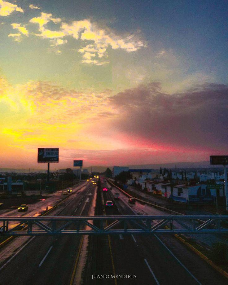 Era hora de comenzar. 6 am en la Celaya - Querétaro. #qro #queretaro #querétaro #qromx #queretarock #queretaromx #run #runner #walk #walking #morning #nubes #mañana #sol #amanecer #nube #rayos #dia #amor #hermoso #juntos