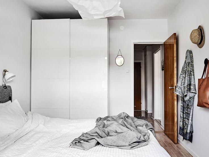 Ljuset strömmar in från fönster i motsatta väderstreck, och under sommarhalvåret har balkongen sol från förmiddag till kväll. De vackra kalkstensfönsterbänkarna är liksom gjutjärnsradiatorerna, innerdörrarna och dörrhandtagen i original från 1940-talet. Lägenheten är bra planerad och känns större än vad antalet kvadratmeter anger. Därtill erbjuds goda förvaringsmöjligheter i form av bland annat klädkammare.