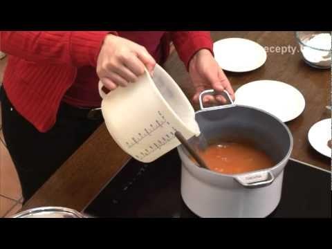 Plněné papriky s rajskou omáčkou - recept na plněné papriky s rajskou omáčkou. Martina Krajčová vám ve videoreceptu ukáže, jak připravit