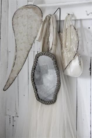 PIANTIK  - Antiikki ja Lifestyle - Sisustusesineitä, tekstiilejä, koristeita, astioita, maaleja, vaatteita. Valkoista, kaunista pitsiä, pellavaa, rosoisia, kuluneita ja aitoja elämää nähneitä pintoja. Uutta ja vanhaa tavaraa. Maalaisromanttisuutta. Tuotteet on pääosin kotimaisia, ranskalaisia, tanskalaisia ja ruotsalaisia.  Tynintie 98, 05820 HYVINKÄÄ