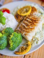 Dorsz (lub inna, biała ryba) z patelni grillowej z sosem ogórkowym