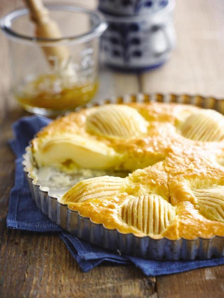 Bereiden: Verwarm de oven voor op 180 graden. Vet een bakvorm, met een losse bodem, van ongeveer 20 cm in. Schil de peren en snij in twee. Verwijder het klokhuis en kerf lijnen in de peren. Besprenkel met citroen en perenlikeur. Zeef de bloem met de bakpoeder en meng er de gemalen kardemom, kaneelpoeder en een snuifje zout onder. Klop het eigeel met de boter en suiker schuimig. Klop het eiwit stijf.
