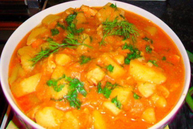 Retete Culinare - Tocanita de cartofi cu piept de pui (la ceaun)