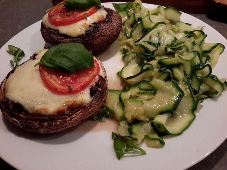 Portobello Caprese? Portobello is een hele grote kastanjechampignon en is zeer geschikt om te vullen. Vandaag met tomaat, mozzarella en basilicum: Caprese.